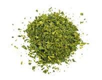 Hoogste luchtmening van los blad groene die thee op wit wordt geïsoleerd Stock Afbeeldingen