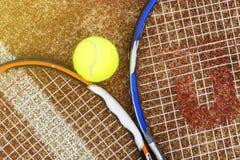Hoogste luchtmening van twee tennisrackets met de bal op grond van het hof in openlucht concept royalty-vrije stock foto