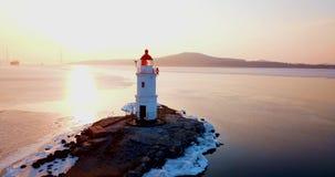 Hoogste luchtpanorama van Tokarev-Vuurtoren in Vladivostok stock videobeelden