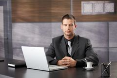 Hoogste manager die in elegant bureau mediteren stock foto's