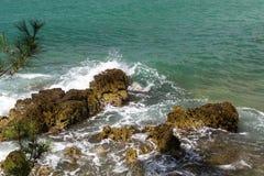Hoogste mening aan de schuimende golven die op rotsen bij duidelijke zonnige dag in Kroatische kust breken Stock Foto's