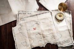 Hoogste mening aan lijst met uitstekende kaart met abstract Eiland en zeevaartkompas Royalty-vrije Stock Foto's