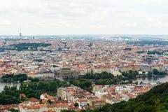Hoogste mening aan oude stad, historische districten en rode daken van Praag Royalty-vrije Stock Foto's