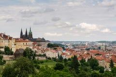 Hoogste mening aan oude stad van Praag, historische districten en kathedraal Royalty-vrije Stock Fotografie