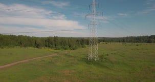 Hoogste mening, ANTENNE: machtslijnen Elektrische steunen met hoog voltage Transmissie van elektriciteit door draad 4K stock video