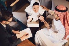 Hoogste mening Arabische echtgenoot kalme vrouw bij ontvangst royalty-vrije stock afbeelding