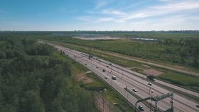 Hoogste mening bij krommen en lijnen van stadsweg Autoaandrijving op weg stock footage