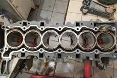 Hoogste mening bij vervanging zes cilindermotor die op een kraan opgezet voor installatie op een auto na een analyse en een repar royalty-vrije stock foto's