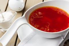 Hoogste mening Borscht, Oekraïense keuken zure soep, met vlees, aardappel, bieten De achtergrond van het voedsel stock foto's