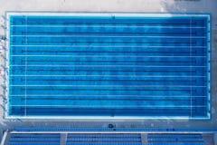 Hoogste mening, de mening van het vogeloog van zwembad met duidelijke stegen en beginnend platform stock afbeeldingen