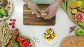 Hoogste Mening die van Belangrijkste Handen groenten en fruit, het Maken snijden Gezonde levensstijl, dieetvoedsel stock video