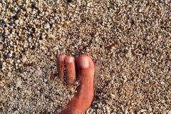 Hoogste mening die van de mens naakte voeten op strand bevindt zich Textuur van bodem, been en voet van de mens die met het vegen stock fotografie