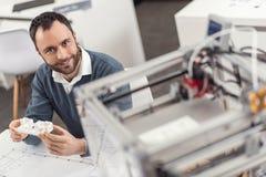 Hoogste mening die van glimlachende ingenieur 3D model houden Stock Afbeeldingen
