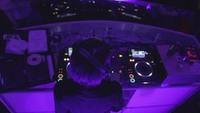 Hoogste mening die van heet vrouwelijk DJ die in club voor gelukkig publiek presteren, aan muziek dansen stock videobeelden