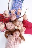 Hoogste mening die van kinderen op de vloer liggen Royalty-vrije Stock Foto