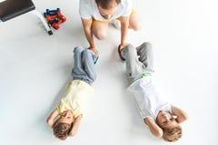 hoogste mening die van vader zonen in het doen van abs helpen royalty-vrije stock afbeelding