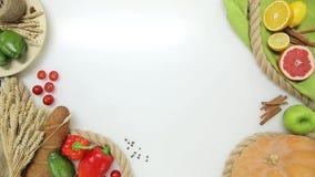 Hoogste Mening die van vrouwenhand kokende raad nemen en gezet achter het Gezonde levensstijl, dieetvoedsel stock video