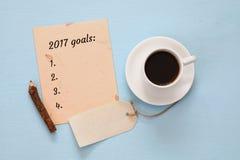 Hoogste mening 2017 doelstellingen lijst met notitieboekje, kop van koffie Stock Fotografie