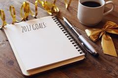 Hoogste mening 2017 doelstellingen lijst met notitieboekje, kop van koffie Stock Afbeeldingen