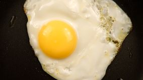 HOOGSTE MENING: Gebraden eieren op de pan - sluit omhoog Royalty-vrije Stock Foto's