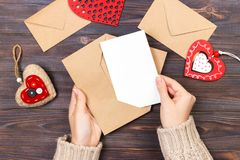 Hoogste mening Hand van meisje het schrijven liefdebrief op de Valentijnskaartendag van Heilige Met de hand gemaakte prentbriefka Royalty-vrije Stock Foto's