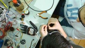Hoogste mening Ingenieurs die innovatief cybernetisch bionisch wapen creëren Hi-tech innovatieve technologie stock videobeelden