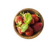 Hoogste mening Kommen met aardbeien op witte achtergrond worden geïsoleerd die Rijp aardbeienclose-up Achtergrondbes Stock Foto's