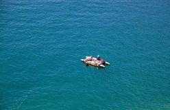 Hoogste mening Luchtmening van een hommel De vissersboot op het overzees stock foto's