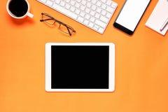 Hoogste mening, Moderne werkplaats met laptop en tablet met slimme die telefoon op een pastelkleur gele achtergrond wordt geplaat Stock Afbeeldingen