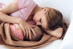 Hoogste mening Mooie moeder met slaapbaby stock foto