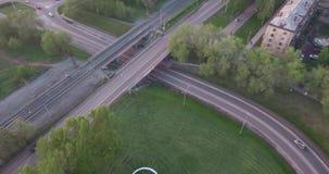 Hoogste mening om wegverbinding in de smollstad in zonsondergang de actieve auto's van het stadsverkeer Luchtvlucht 4K stock videobeelden