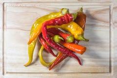 Hoogste Mening over Bewaarde Ingelegde Spaanse peperspeper op een Hakbord Royalty-vrije Stock Afbeelding