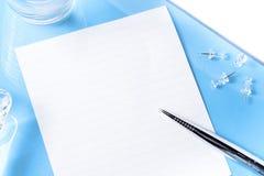 Hoogste mening over bureau blauw bureau met voorwerpen Royalty-vrije Stock Foto's