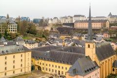 Hoogste mening over de oude stad van Luxemburg - Unesco-Werelderfenis - met de Heilige John Church in de voorgrond Stock Foto