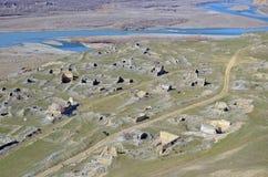 Hoogste mening over de ruïnes van oude stad Uplistsikhe dichtbij Aragvi-riviervallei Het gebied van de Kaukasus, Georgië Royalty-vrije Stock Foto's