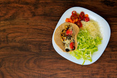 Hoogste mening over een plaat met smakelijke taco met geroosterde groenten Royalty-vrije Stock Foto