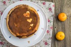 Hoogste Mening over gebakken die kaastaart met cacao met hartsha wordt bestrooid Royalty-vrije Stock Afbeeldingen