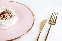 Hoogste mening over gezonde anna van het veganistdessert pavlova op witte marmeren lijst met koffie en voedselvaatwerk Exemplaarr stock afbeeldingen