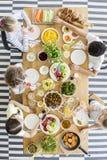 Hoogste mening over kinderen die gezond voedsel eten bij lijst tijdens birthda stock fotografie