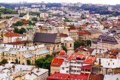 Hoogste mening over kleurrijke daken en huizen van Lvov in de Oekraïne Royalty-vrije Stock Foto's
