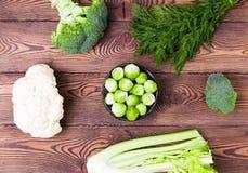 Hoogste mening over kool, broccoli, bloemkool, Spruitjes en selderie, dille-ingrediënten voor vegetarische schotels Royalty-vrije Stock Foto's