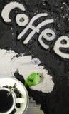 Hoogste mening over kop van hete zwarte koffie met de groene die bladeren en hand van het tekstwoord in Engelse `-koffie ` in gem Royalty-vrije Stock Afbeelding