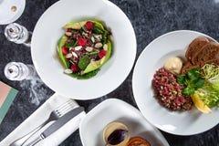 Hoogste mening over lijst met overvloed van voedsel Europese en Van het Middenoosten keuken royalty-vrije stock foto's
