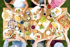 Hoogste mening over multiculturele groep vrienden die geroosterd voedsel D eten stock afbeelding