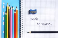Hoogste mening over notitieboekjes, kleurpotloden, slijper op een blauwe achtergrond Terug naar het Concept van de School royalty-vrije stock fotografie