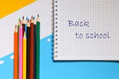 Hoogste mening over notitieboekjes, potloden, op een blauwe achtergrond Terug naar het Concept van de School royalty-vrije stock fotografie