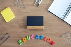 Hoogste mening over onderwijsschoolbank met klein bord en postnota Onderwijs kleurrijke brieven royalty-vrije stock foto