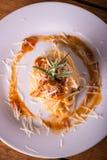 Hoogste mening over plaat met enig gedeelte van spaghetti met gehakt Stock Fotografie