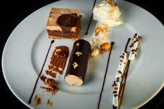 hoogste mening over smakelijke chocolade en romig moussedessert royalty-vrije stock fotografie