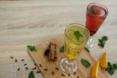 Hoogste mening over twee glazen met gekleurde hete dranken waaruit de stoom komt dranken van de de winter de hete seizoengebonden stock foto